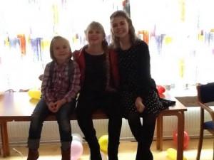 Tre piger med AHC på en bænk